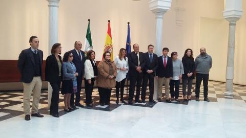 foto de los representantes de la mesa del tercer sector de andalucía con la presidenta de la junta