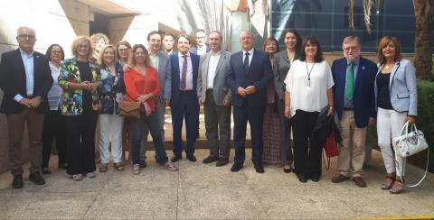 Foto tras la aprobación de la Ley de los representantes parlamentarios, de la Plataforma del Voluntariado de Extremadura y de la Plataforma del Tercer Sector de Extremadura