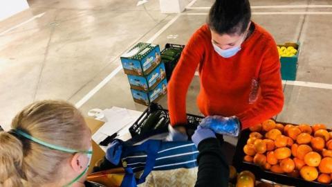 imagen de una voluntaria en un banco de alimentos