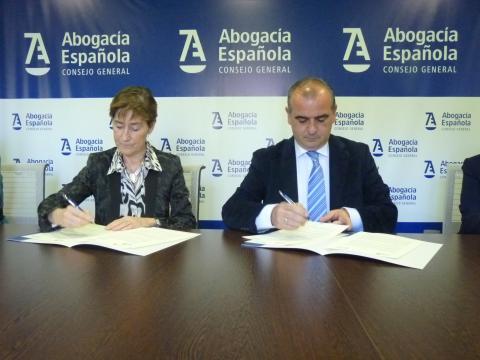 foto durante la firma del convenio con la abogacía española