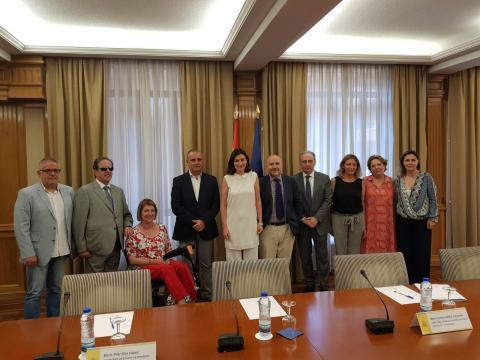 Foto de los asistentes a la reunión de la PTS con la ministra Carmen Montón