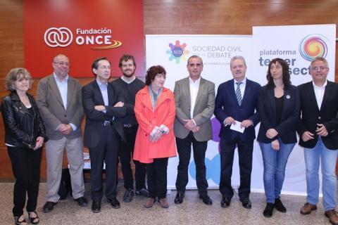 Foto de familia de todos los participantes del cara a cara con Campo Vidal