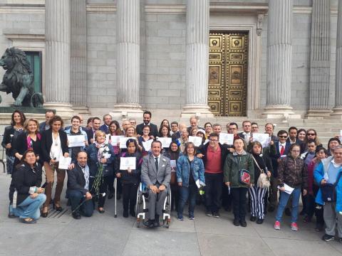 foto de personas con discapacidad frente al congreso de los diputados