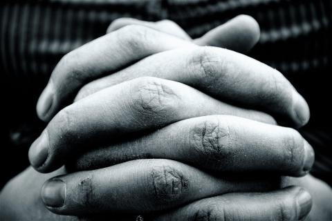 imagen de unas manos, representativa de la pobreza