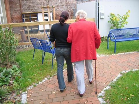 imagen de una persona voluntaria asistiendo a una persona mayor