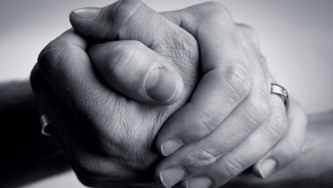 imagen de dos manos agarrándose