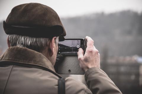 Imagen de una persona mayor haciendo una foto con un smartphone