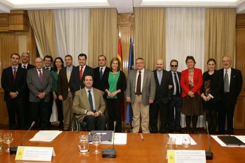Fotografía de familia con todos los miembros de la Comisión para el Diálogo Civil con la Plataforma del Tercer Sector.