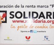 Alfredo Pérez Rubalcaba y Trinidad Jiménez junto a un cartel de promoción de la 'X' Solidaria. (Amplía imagen)