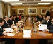 Mesa de trabajo en un momento de la reunión de constitución.