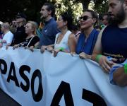 Foto durante la manifestación del Orgullo, a la que asistió la directora de la PTS, con la pancarta 'ni un paso atrás'