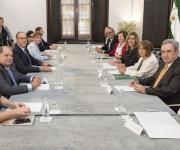 Foto de Susana Díaz con miembros de la Mesa del Tercer Sector de Andalucía